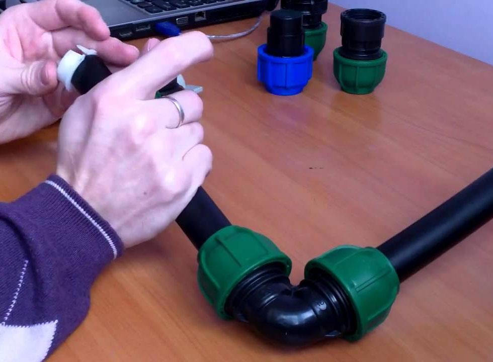 Соеднинеие труб угловым компрессионным фитингом