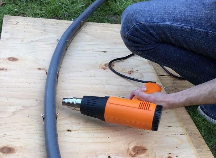 Гибка трубы с помощью строительного фена